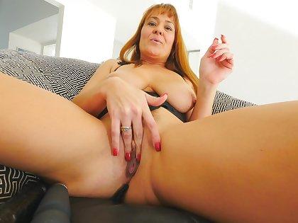 Mature shows off her skills when masturbating hard